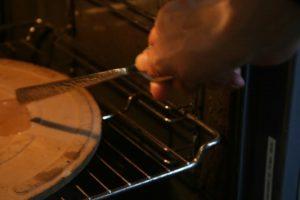 אבן בתוך התנור כשמכים בה