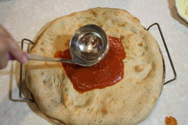 רוטב עגבניות על הפיצה