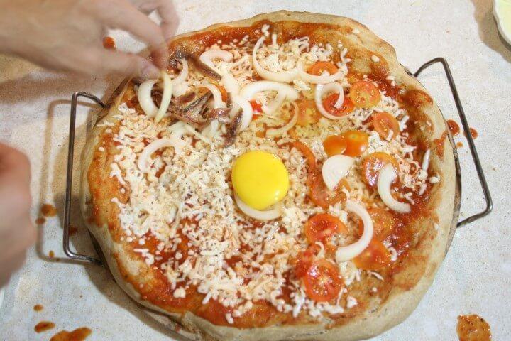 פיזור התוספות על הפיצה