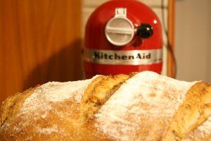הלחם שאפינו והמיקסר ברקע