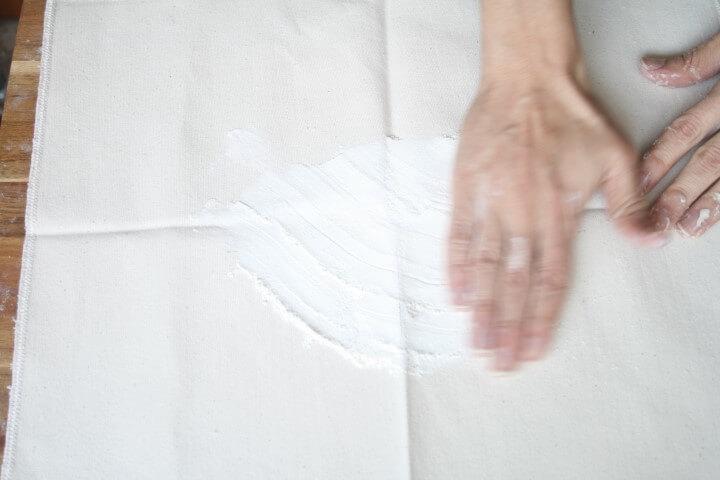 בתנועות פשוטות עם היד ממלאים את הבד פשתן בקמח