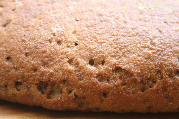 לאחר אפיית השיפון חורים על הלחם