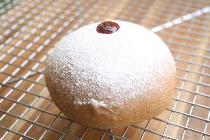 הסופגניה מוכנה לאחר סוכר וריבה