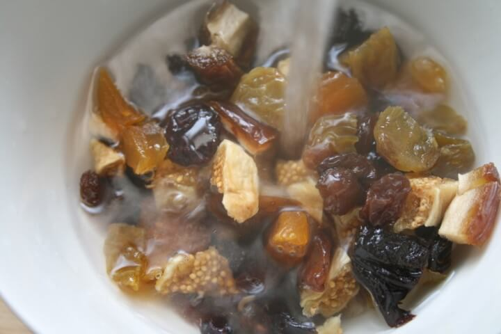 פירות יבשים עם מים רותחים לפני הלישה