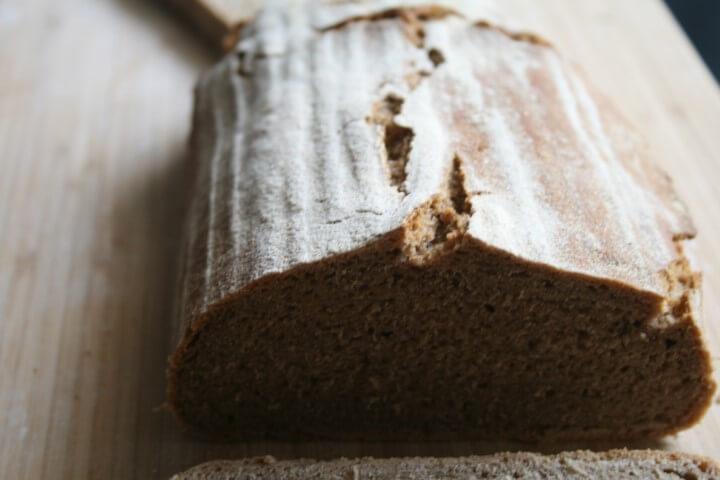 קרעים על לחם שיפון