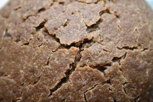 לחם מקמח טף עם חרכים