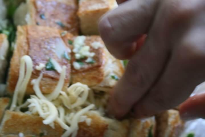 גבינה בתוך חריצי הלחם